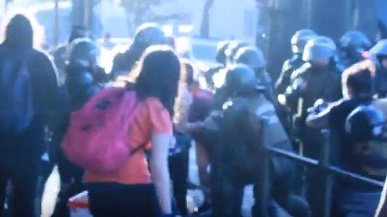 Insólito: Mujeres son brutalmente reprimidas por marchar contra la violencia hacia las mujeres [VIDEOS + FOTOS]