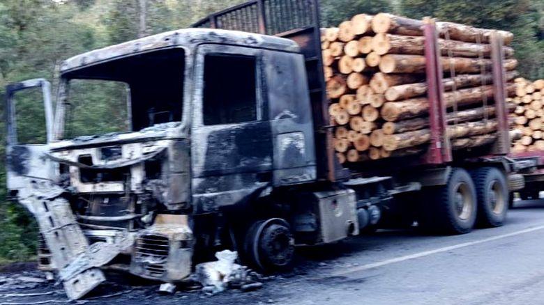 """Queman camión en Contulmo: """"contra los baleos policiales respondemos con resistencia y sabotaje"""""""
