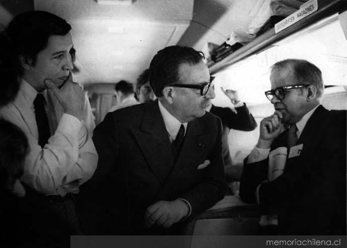 Salvador Allende con periodistas Julio Silva y José María Navasal